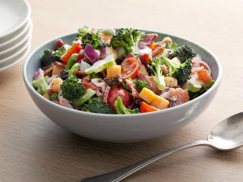 Sallatë brokoli me proshutë dhe domate
