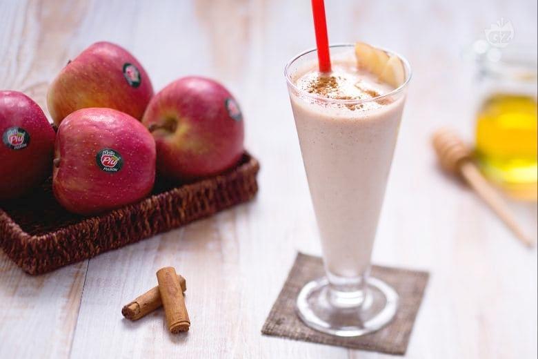 Smoothie me mollë, dardhë dhe kanellë