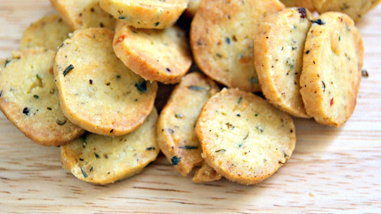 Crackers pikantë dhe djathë