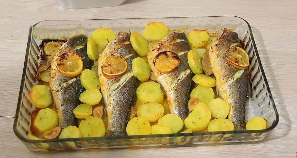 Levrek me patate në furrë