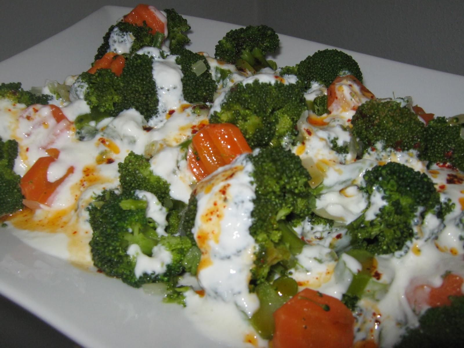 Sallatë me brokoli dhe salcë kosi