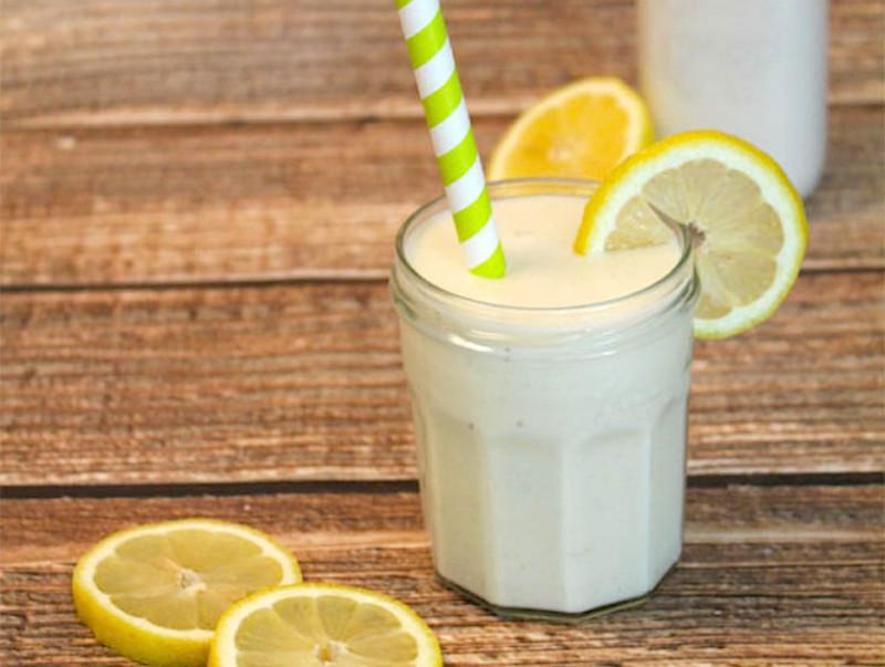 Smoothie me kos dhe limon