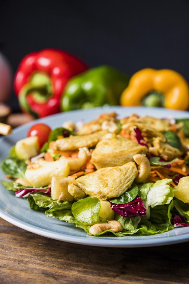 Sallatë me mish pule dhe perime